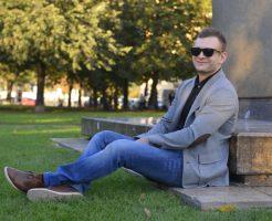 公園で座る男性